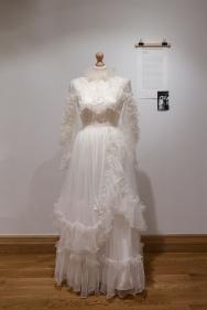 Moda slubna w PRL Muzeum Pana Tadeusza we Wroclawiu Wystawowe Zwierze (9) suknia slubna Malgorzaty Kuzniarskiej